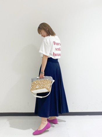 158㎝ 普段サイズ36 ぴったり過ぎず、程よくゆとりがあるTシャツでカジュアルにも綺麗めにもバランスがとりやすいTシャツです。背面プリントがポイントで可愛いです!