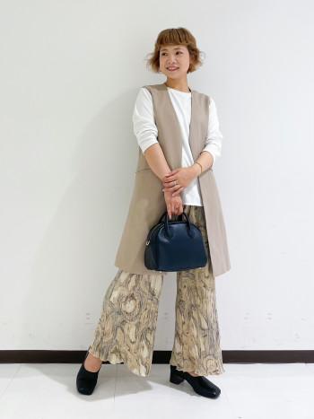 スカーフがセットになったバッグ。長財布とペットボトルが入ります。 ショルダーにして斜めがけも可能です。秋冬のクラシカルなムードにぴったりな、使い易いサイズのバッグです。