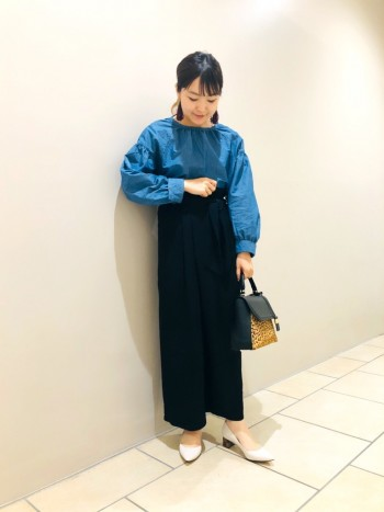 ヒールデザインが可愛いパンプスです。高さも約4㎝なので歩きやすく、ちょっとヒール効果も期待でいます^^ シンプルな中にもデザイン性があるのでお洋服も選ばず合わせやすいです。