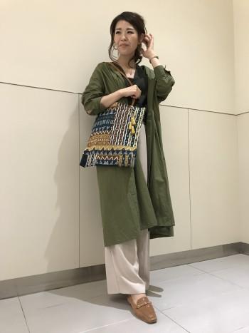 生地も柔らかく軽いので、通勤や通学に最適なバッグだと思います!持ち手も長いので、肩にかけながら物も出し入れしやすいです。