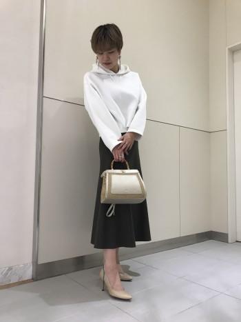 長財布がしっかり入る大きさですが、見た目はコンパクトにおさまるので、今流行りのオーバーサイズの洋服を着てもバランスを取りやすいアイテムでございます。