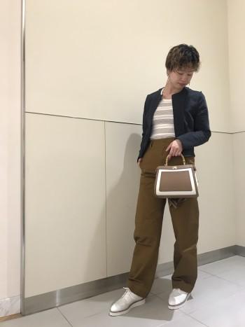 持ち手がバンブーなので、シンプルに見えすぎないバッグです☆ 見た目はコンパクトですが、長財布もしっかり入り、底のマチはしっかり厚みがあるので収納力もあります!