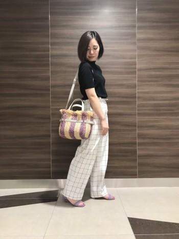 安定感のあるヒールでとても履きやすくストラップデザインが素敵な一足です。