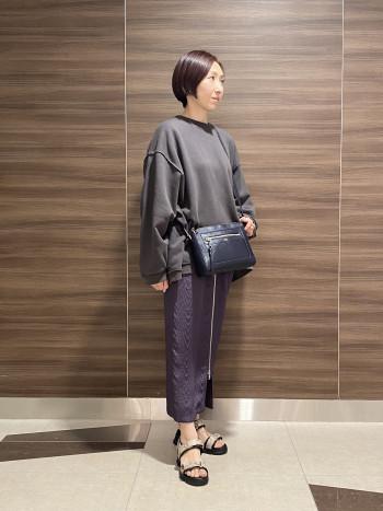 【AU東京大丸店】普段35サイズなのでSサイズを履きました。少しゆったり目の履き心地でマジックテープで調節が出来ます。 インソールのクッションがふかふかで履きやすいです。