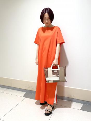【AU東京大丸店】普段35サイズなので22.5サイズを履きました。少しゆったり目の履き心地でマジックテープで調節が出来ます。 インソールのクッションがふかふかで履きやすいです。