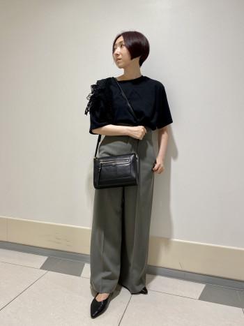 【AU東京大丸店】いつものサイズ感より若干大きめですが被りが深いく、 かかとが踏めて履き易いです。
