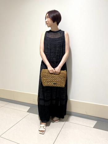 【AU東京大丸店】身長150㎝ですが、着丈は足首くらいでパンツと重ねて着ることが出来ました。程よいニットの透け感が涼しげなニットワンピースです。