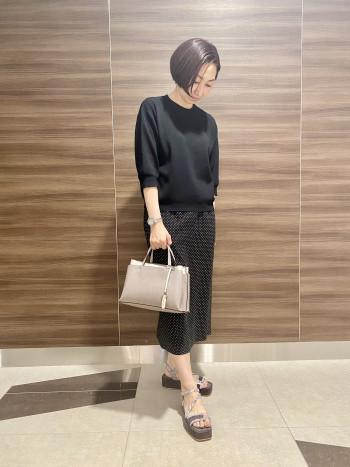 【AU東京大丸店】長財布が入るメイン収納はファスナー付きポケットで仕切られており、荷物がバラバラになるのを防ぎます。