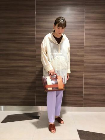 【AU東京大丸店】適度なリラックスさとキレイめのシルエットで、こなれた大人を演出します。 太ヒールで安定感があって歩きやすいです。