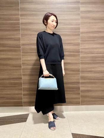 【AU東京大丸店】普段のサイズ感で大丈夫ですが若干大きめの作りです。 甲の部分がしっかり覆われているので安定感があり履き易いです。