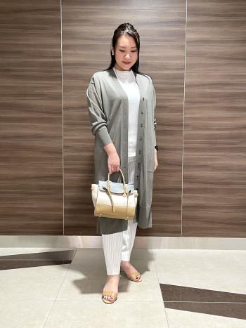 【AU大丸東京】柔らかく軽い牛革バッグ。長財布もポーチもしっかり入ります。