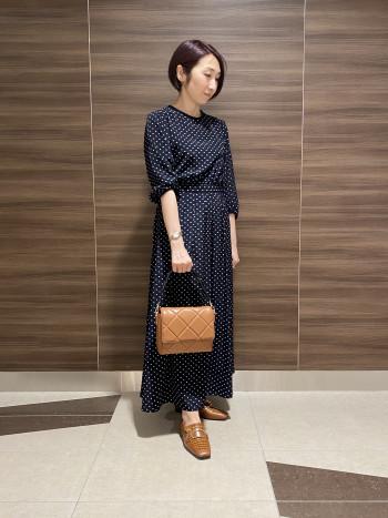 【AU東京大丸店】普段のサイズ感で大丈夫です。甲が深いので脱げにくく履きやすいです。