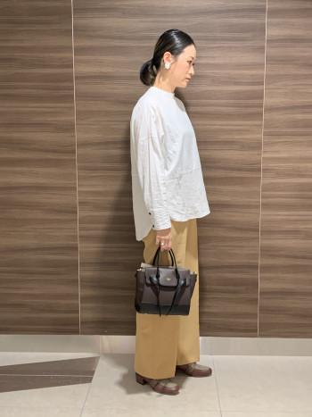 【AU東京大丸】40mmヒールのスタイルアップして見えるヒールUPローファー。サドルデザインの中央にスポンジ心材をいれた仕様で、ブランドらしいシルエットに。モカ部分は素材の切り替えでおしゃれに、ブラウンとネイビーはチェック柄を取り入れ季節感をプラスしました。