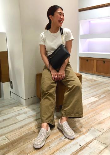 コンパクト見えするデザインですが、長財布もすっぽり入る容量が嬉しいです♩軽くて身体にフィットするスリムさも魅力です!