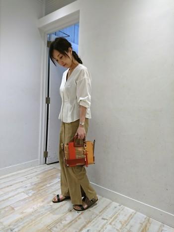 長財布やその他の小物がたっぷり入る大きさと、メッシュポーチ付きでクリアバッグでも荷物が見えにくいのも嬉しいポイントです。