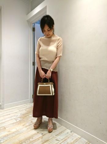 バンブーハンドルが可愛い小ぶりなデザイン。メインポケットが2つあり、長財布やポーチ・小さなペットボトルも収納出来るサイズになっています。