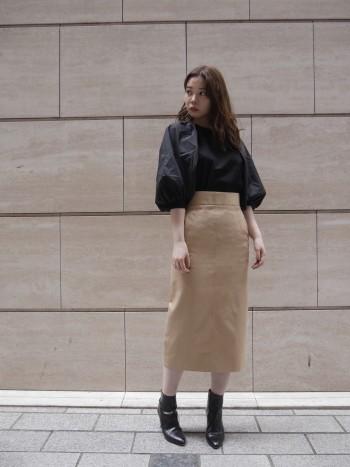 素材感が柔らかく着心地の良い一着。袖のボリューム感がかわいいのでタイトめなパンツやスカートでバランスを取るのもお勧め!バッグリボンがさりげなくシルエットが素敵です。