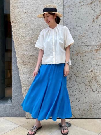 さらりと風の通るスカート。 発色の良いブルーは履くだけで気分が上がります♪ ウエストゴムでシワになりにくく、ヒップラインも拾いづらいシルエットです。