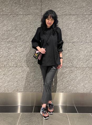 黒でも透けるので、インナーは気を付けた方が良い。ネックが実際着用した方が詰まっている。身幅はやや大きめな為、スカートはインスタイルが良い。
