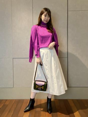 タフタの素材が目を惹き、エアリー感のある形を保つので型崩れしにくい一着。38サイズでふくらはぎ中間くらいの丈感です。ウエストゴムでリボンで調節可能なので着脱も楽です。