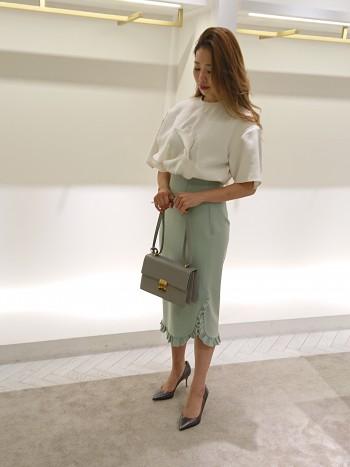着丈が長めのエレガントなスカート。サイドスリットから見える肌見せで重たさを解消。美しいエメラルドグリーンはコーディネートの差し色になります。
