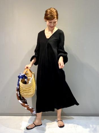 シャリ感がある素材と軽く涼しい着心地です。前後で深く開いた衿元や袖のボリュームが抜け感のある女性らしい印象のワンピースです。