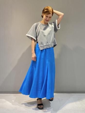 ウエストがゴムでとても楽な着心地です。 膝下から裾にフレアがたっぷり入り動きに合わせての揺れが美しいスカートです。 鮮やかなブルーは他にはない、目を引くカラーですね!!