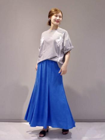 とろみのあるキュプラ素材のスカートはデイリー仕様ながら程よい光沢感が上品見えするスカートです。