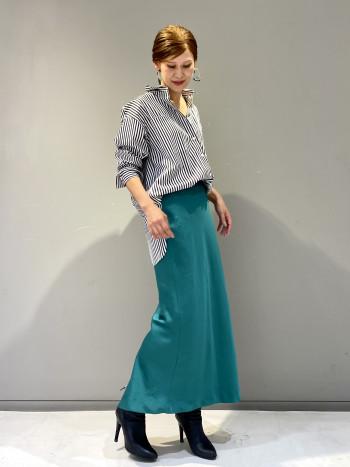 オーバーシルエットのシャツは様々なボトムに合う万能アイテムです。あえて女性らしいスカートと合わせるスタイリングが今の気分です。