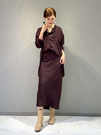 シルエットの美しいロングタイトスカート。秋らしいチョコレートカラーがシックな大人スタイリングにピッタリなスカートです。バイアス裁ちされており、サイズによって丈感が変化します。こちらは0を着用してます。