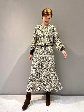 柔らかな質感とクラシカルなプリントが秋らしい1枚です。同素材のスカートと合わせてセットアップに。
