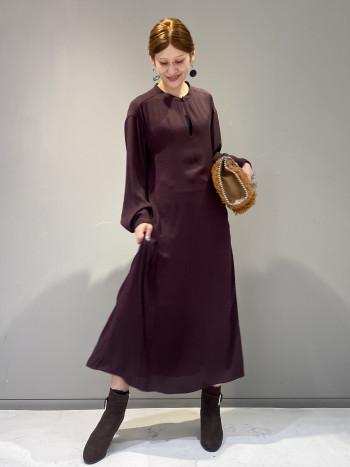 とろみのある柔らかい素材が動きに合わせて揺れ動く女性らしいワンピースです。 袖丈は長めでボタンのつけ位置を変えて違う雰囲気を楽しむ事も出来ます。