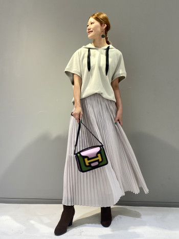オーバーサイズでラフに着れるプルオーバーには女性らしいスカートが今の気分です。