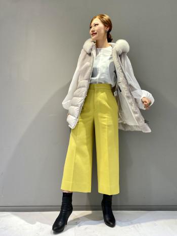 シンプルなフロントデザインは合わせやすい一着。バックスタイルのリボンとパフスリーブデザインが女性らしさを演出してくれるブラウスです。やや透け感のある素材がスタイリングを今年らしい印象にしてくれます。着丈は前後同じ長さでヒップが隠れるくらいの長さです。