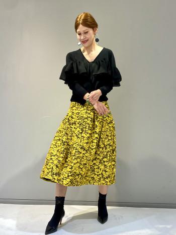 ジャガード織りのフラワー柄が華やかなフレアスカートです。ハイウエストのデザインと、ふんわり広がるスカートのコントラストがとても女性らしいシルエットになります。ウエストサイズはいつもよりワンサイズほど大きく感じました。