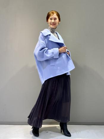 さりげない異素材使いで二色のニュアンスカラーが特徴的なプリーツスカートです。ワッシャープリーツの様なナチュラルな風合いで柔らかな雰囲気でお召しいただけます。