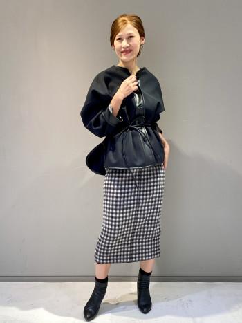 チェック柄が印象的なタイトスカート。裾からオーガンジーがチラリと覗く遊び心がN°21らしいアイテムです。ウール素材の暖かな質感がシーズンムードを盛り上げてくれます。長すぎない膝下丈と落ち着いたカラーでコーディネートしやすいタイトスカートです。