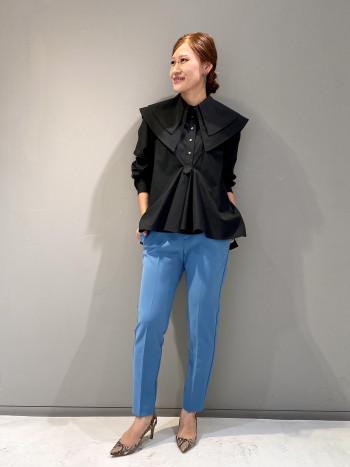 二重衿のデザインブラウスはシンプルなモノトーンカラーの展開で、デニムでカジュアルに合わせてもビビッドなカラーパンツ等でモード感を出して楽しんで頂くのもおすすめです。