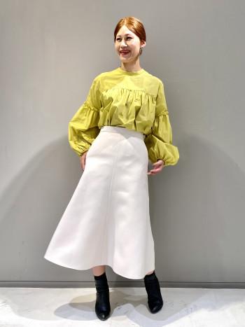タイトなウエスト周りと裾に向かって広がるシルエットが女性らしい印象のスカート。 長めの丈感でふくらはぎが隠れるくらいです。