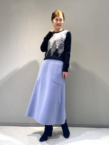 ダブルフェイスのスカートは華やかさのあるくすみブルーが気分です。暖かみのあるトップスを合わせるのがおすすめです。