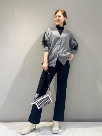 袖と背後に配したコードレースがポイントです。さりげなく透け感ありエレガントな雰囲気を感じさせてくれます。ウールとカシミヤの程よく厚みのある素材で柔らかく着心地もソフトです。