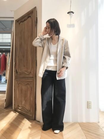 少し大きめのサイズをあえてぶかっと着て頂きたいです。小柄な方は袖を二折りすればバランスも取りやすく、少し抜いて着ると女性らしく決まります。