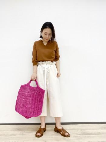 鮮やかなカラーがポイントのこちらのバッグは大きめサイズで、シンプルなコーデのポイントになります。夏はワンピースにさらっと合わせてもオシャレにお使いいただけます。