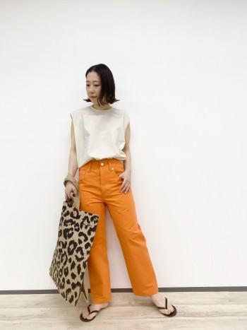 発色の良いオレンジでコーディネートのアクセントになります。ハリのある素材で肌離れも良くとても履きやすいです。
