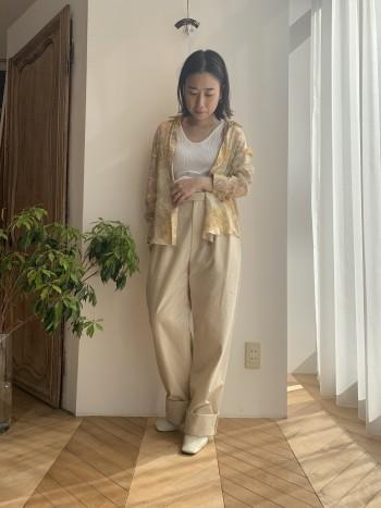 適度に透けのある素材でライトなシャツは羽織りとしても使いやすいです。