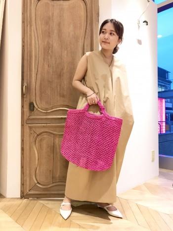 発色の良い天然素材のバッグは品があり夏のコーデを華やかにしてくれます。まちがあるので荷物が増えても安心です。
