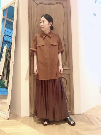 程良い透け感は大人な1枚。オーバーサイズのシャツはマキシスカートとの相性も◎