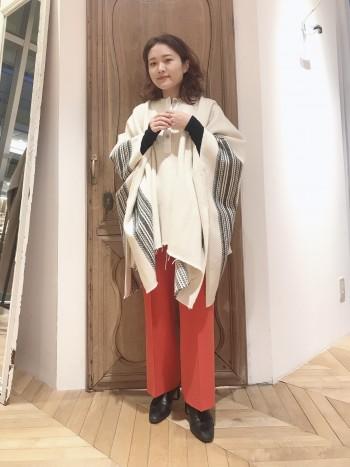 袖のラインが圧倒的な存在感で◎ ウール素材で暖かさもあり、1枚でオシャレに決まります。