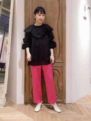 ウール混のサテンは裏地付きで冬でも履きやすい1本です。コートの下からチラッとピンクが見える感じも◎