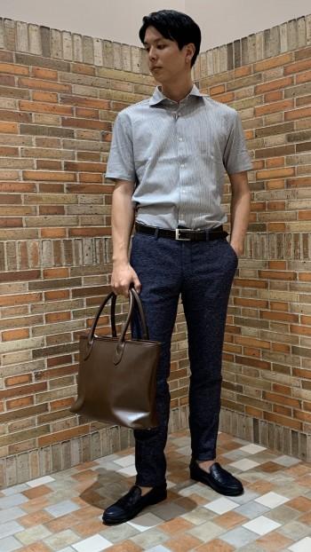 大きすぎず小さすぎず。  納まりのいいトートバッグ。  ジップタイプなので、貴重品を入れても安心!